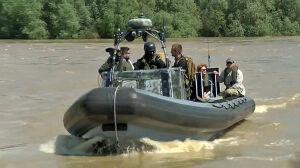 Pontony, helikopter i kominiarki. Władza patroluje rzekę