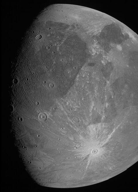 Ganimedes na najnowszym zdjęciu (NASA/JPL-Caltech/SwRI/MSSS)