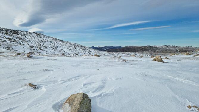 Śnieg na Górze Kościuszki. Trudne warunki, potrzebne były łańcuchy