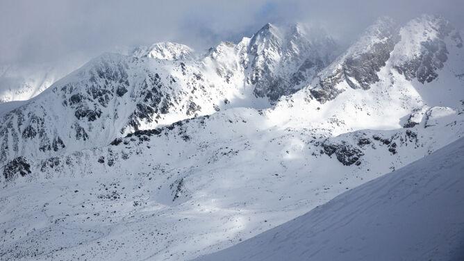 """Szlaki pozawiewane śniegiem, ślisko. <br />W Tatrach lawinowa """"dwójka"""""""