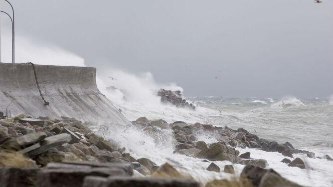 Niebezpiecznie nad Bałtykiem. Sztorm, możliwe wzrosty stanów wody i cofka